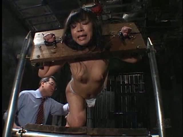 パドルで強く尻を叩かれ、顔を悲痛に歪めて大絶叫する女性!