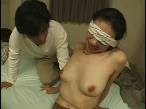 【フェラ】清楚な熟女がタオルで目隠し!目隠しされた状態で母乳を搾られ責められます!