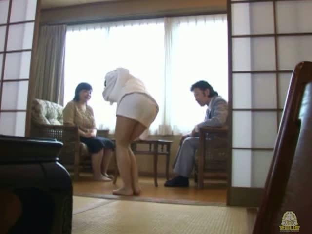 【聖水!】 ツアーコンダクターがお客様の前でまさかの失禁!高級旅館でお漏らしが止まらない・・・
