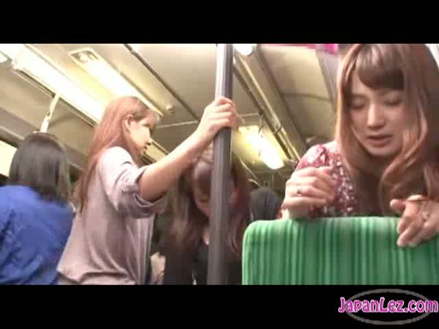 バスの中で痴女レズビアンたちに襲われペニバン挿入される美人妻…