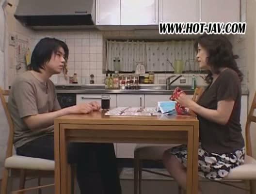 【友崎亜希/宮下真紀】巨乳でたるんだ身体がやたらエロい熟女と近親相姦