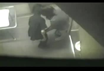 公園の障害者用トイレでいちゃつく外道カップルをお仕置き盗撮!撮られてるとも知らずに一生懸命フェラする彼女。散々勃起すると洗面台に腰掛け生チン挿入セックス!