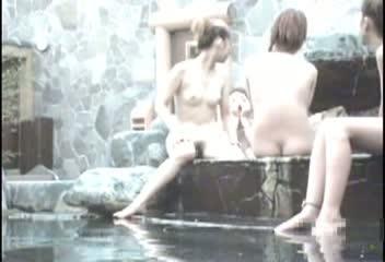 女盗撮師グッジョブ!露天風呂で楽しそうにおしゃべりするスレンダーギャル達の姿をバッチリカメラに抑えました!美乳や巨乳はもちろん、無防備開いた足の間からおまんこも丸見えw